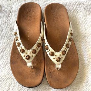 VIONIC 8 white sandals